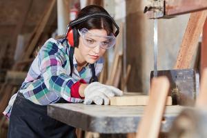 Nicht nur die Arbeitshose von einem Tischler sollte effektiven Schutz gegen Schnittverletzungen bieten.