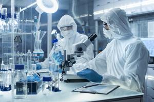 Arbeitsschutzkleidung bewahrt Arbeitnehmer vor Gesundheitsgefahren.