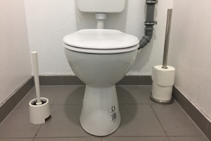 Ein Arbeitsunfall auf der Toilette: Oft weigert sich hier die Versicherung zu zahlen.