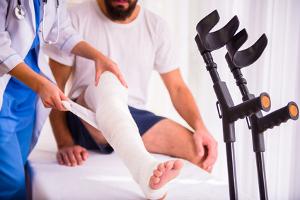Beim Arbeitsunfall entscheiden Sie, wann Sie zum Arzt gehen. Eile ist jedoch empfohlen.