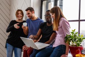 Die Belehrung zum Arbeitsschutz kann heute auch online durchgeführt werden. Das spart Zeit und Personal.