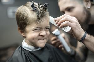 Verhütung von arbeitsbedingten Gesundheitsgefahren durch die Berufsgenossenschaft: Auch beim Friseur ist der Arbeitsschutz wichtig.