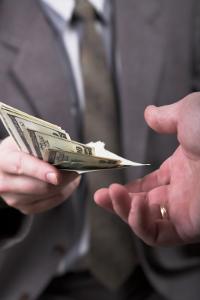 Werden Betriebsgeheimnisse für Geld verraten, machen sich betroffene Personen strafbar.