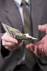 Entgeltfortzahlung bei einem Arbeitsunfall: Beschäftigte sind im Ernstfall abgesichert.