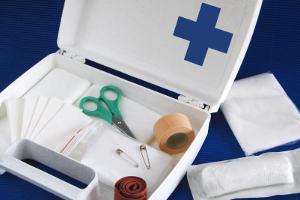 Ersthelfer im Betrieb müssen auf festgelegte Erste-Hilfe-Materialien zurückgreifen können.