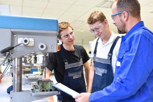 Der Arbeitgeber muss nach dem Jugendarbeitsschutzgesetz einige Anforderungen erfüllen.