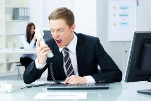 Lärmschutz im Büro beachten: Laute Gespräche stören die Konzentration von Kollegen immens.