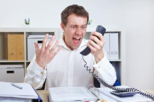 Mobbing auf der Arbeit kann sogar in Telefonterror münden.