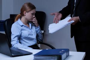Mobbing am Arbeitsplatz, durch den Chef, Kollegen oder anderer Mitarbeiter, kann den Betroffenen vollkommen mundtot machen.