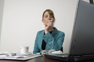Nichtraucherschutz gilt im Büro wie in anderen Arbeitsräumen.