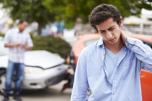 Physische Erkrankungen am Arbeitsplatz können mit leichtem Rückenschmerz beginnen.