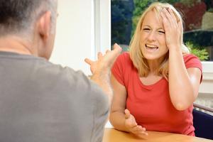 """Viele fragen sich: """"Was kann ich tun gegen Mobbing am Arbeitsplatz?"""" Ein wertvoller Tipp: Auf keinen Fall defensiv bleiben."""